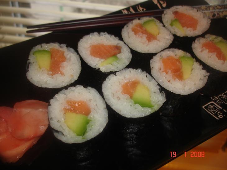 sushi-maki-s-lososem-i-avokado-29d024b