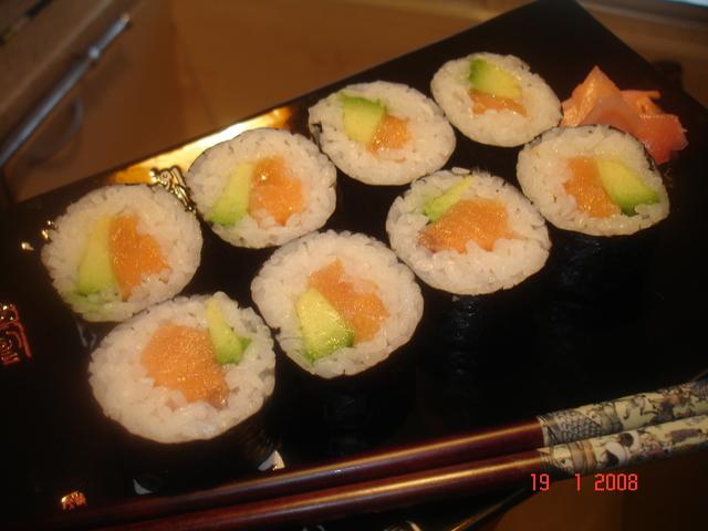 sushi-maki-s-lososem-i-avokado-3f8b0da