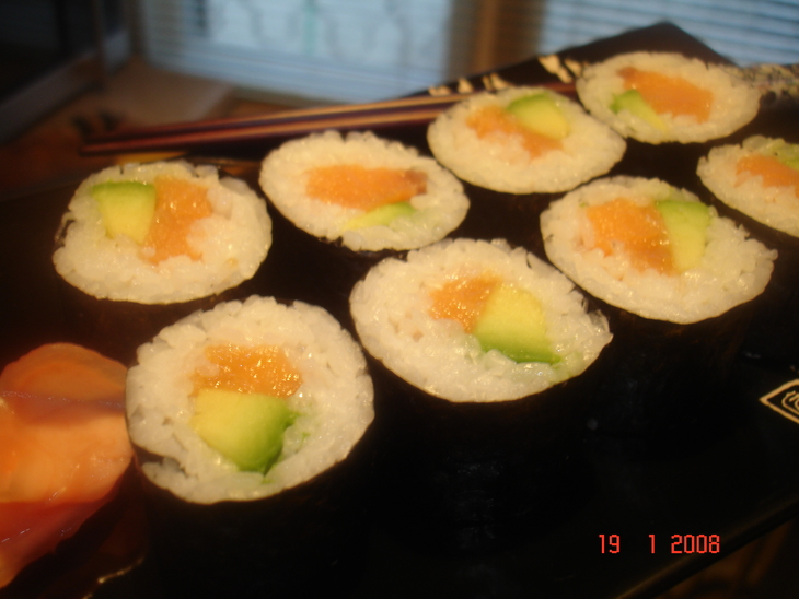 sushi-maki-s-lososem-i-avokado-f496b1e