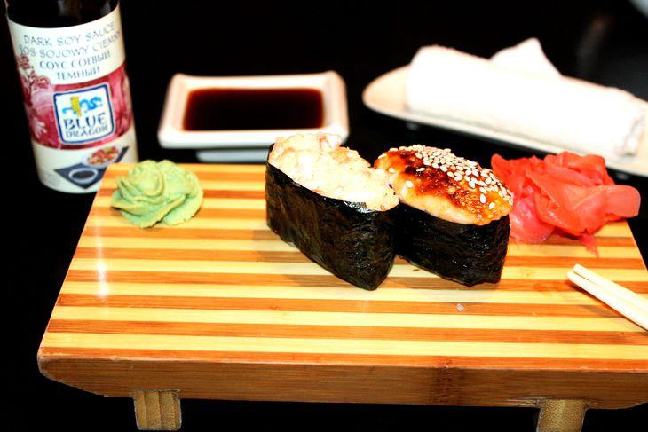 zapechenye-sushi-s-lososem-i-ostroj-krevetkoj-4e32242