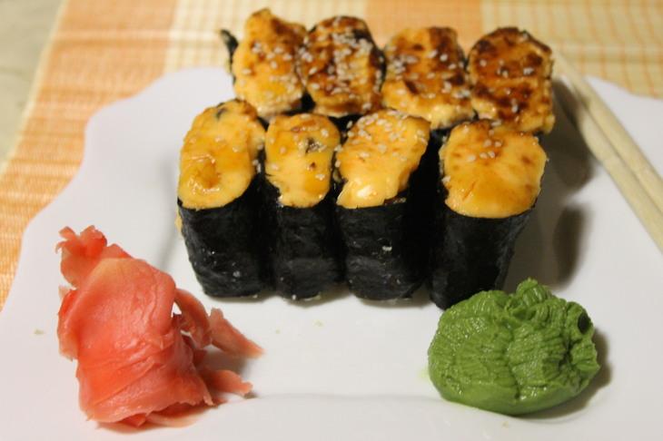 zapechenye-sushi-s-lososem-i-ostroj-krevetkoj-4f46219
